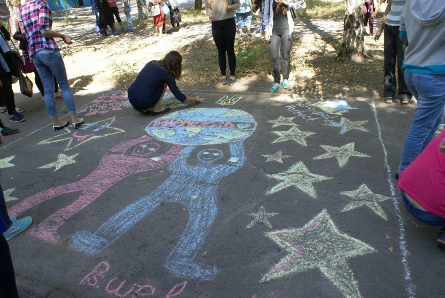 Ко Дню города лицеисты разрисовали дорогу к учебному заведению патриотическими мотивами (фото) - фото 3