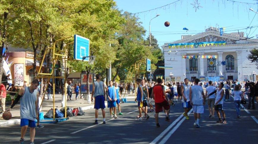 Многонациональный Мариуполь отметил День города без прежнего размаха (ФОТО) (фото) - фото 9