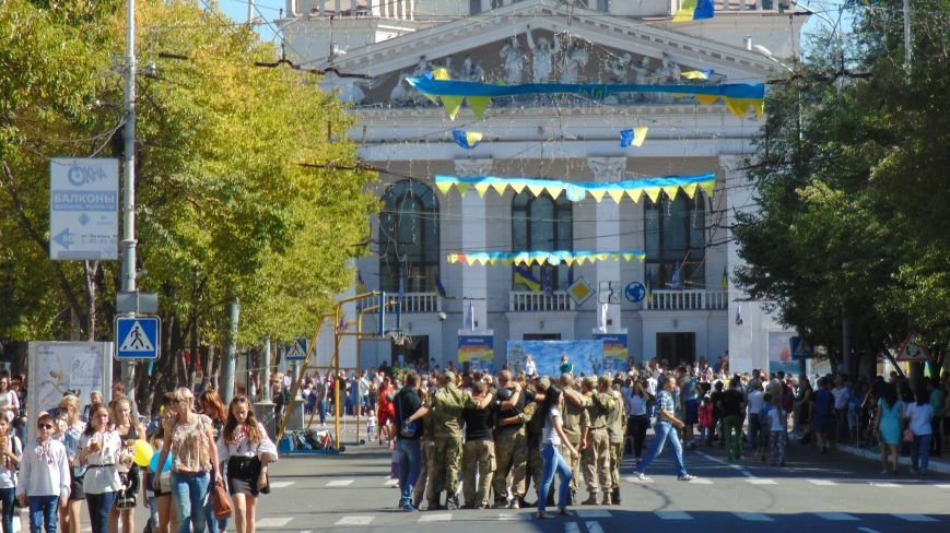 Многонациональный Мариуполь отметил День города без прежнего размаха (ФОТО) (фото) - фото 1