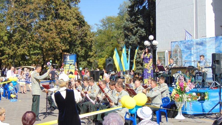 Многонациональный Мариуполь отметил День города без прежнего размаха (ФОТО) (фото) - фото 10