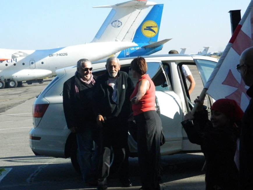 Легендарного Вахтанга Кикабидзе встретили в запорожском аэропорту с танцами и вином, - фото, видео (фото) - фото 5