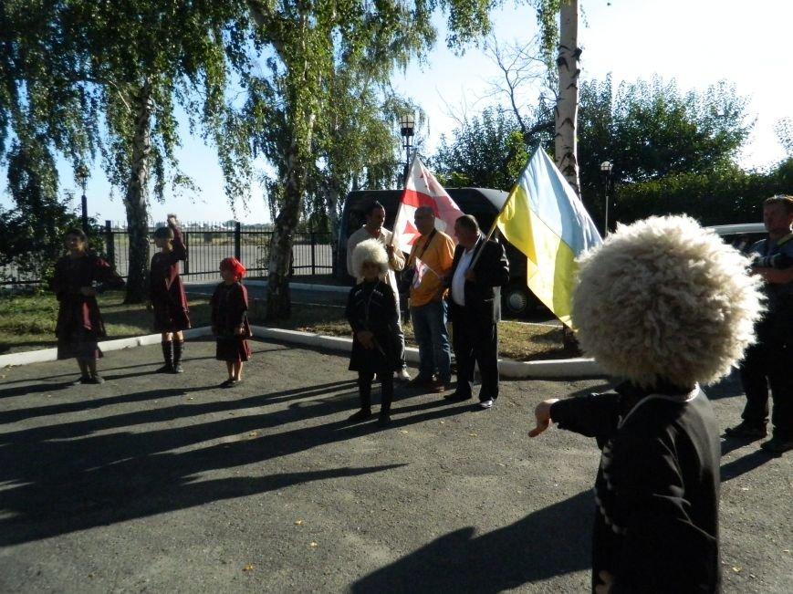 Легендарного Вахтанга Кикабидзе встретили в запорожском аэропорту с танцами и вином, - фото, видео (фото) - фото 11