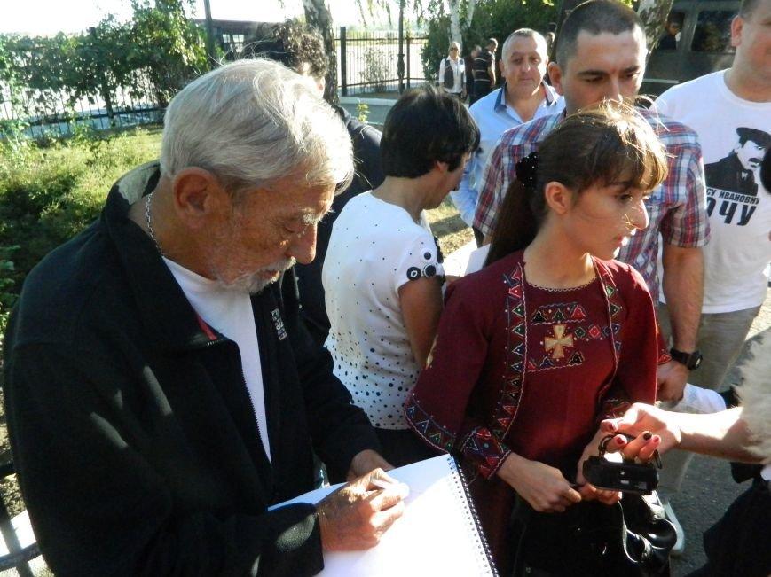 Легендарного Вахтанга Кикабидзе встретили в запорожском аэропорту с танцами и вином, - фото, видео (фото) - фото 16