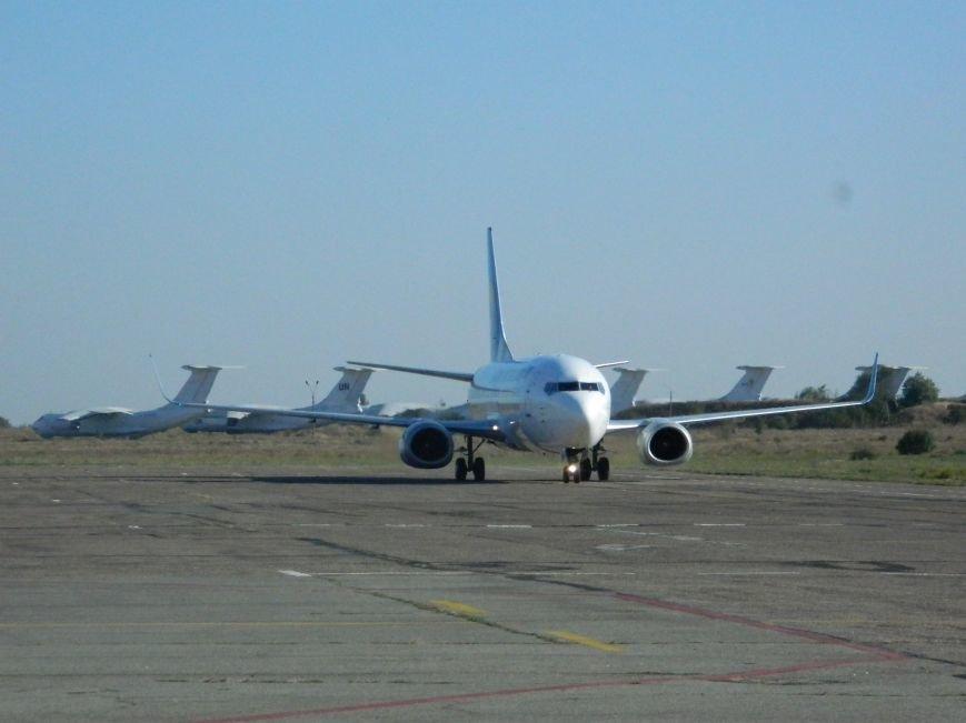 Легендарного Вахтанга Кикабидзе встретили в запорожском аэропорту с танцами и вином, - фото, видео (фото) - фото 3