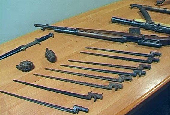 В Чорнухах у чоловіка в помешканні виявили арсенал раритетної зброї (фото) - фото 3