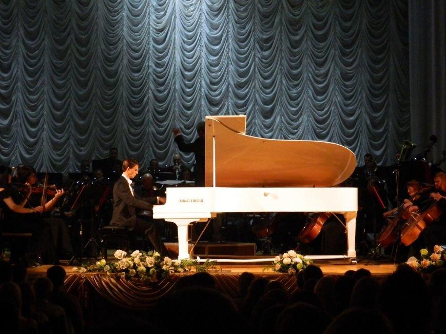 На открытии сезона в Запорожской филармонии презентовали белый рояль и нарисовали картину, - фоторепортаж (фото) - фото 16