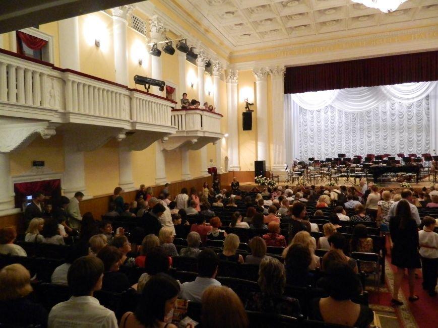 На открытии сезона в Запорожской филармонии презентовали белый рояль и нарисовали картину, - фоторепортаж (фото) - фото 3