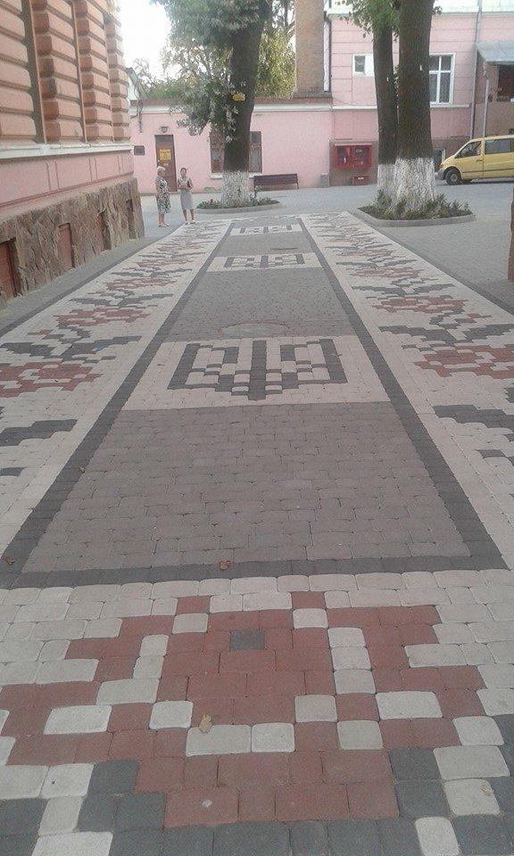 У дворі чернівецької школи з'явилася бруківка-вишиванка (фото) - фото 1