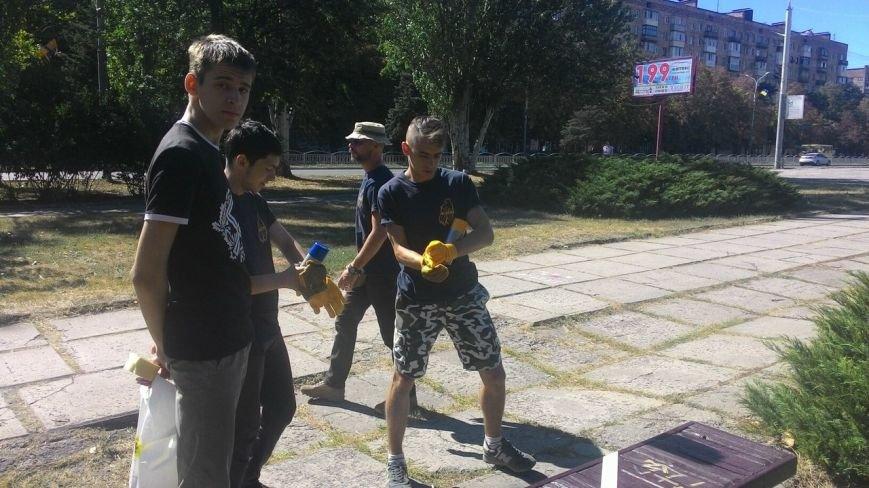 Гражданский корпус «Азов» сделала скамейки Мариуполя патриотическими (ФОТО) (фото) - фото 1