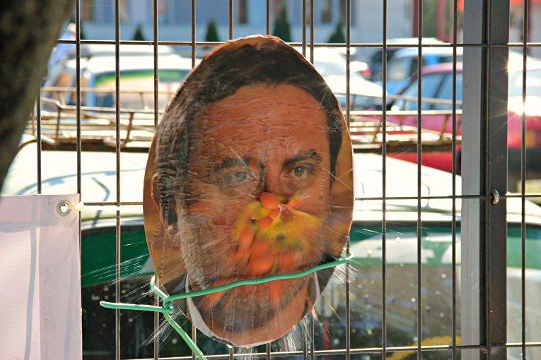 В Симферополе активисты забросали портреты Чубарова, Джемилева и Ислямова яйцами (ФОТО) (фото) - фото 2