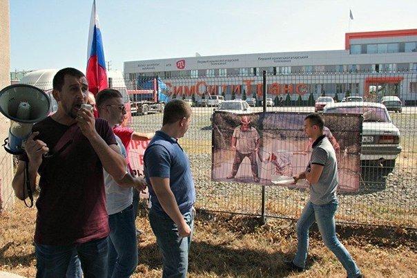 В Симферополе активисты забросали портреты Чубарова, Джемилева и Ислямова яйцами (ФОТО) (фото) - фото 1