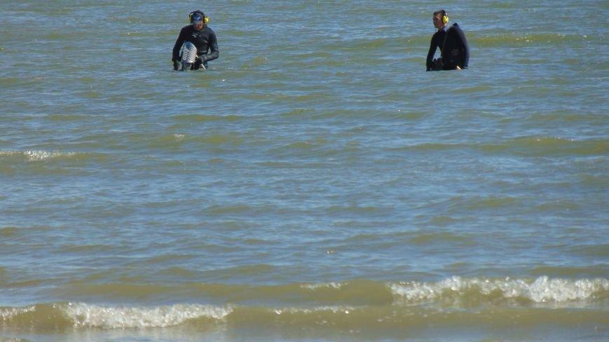 Отдыхающих на пляже Мариуполя встревожили люди в черном, замеченные в море (ФОТОФАКТ) (фото) - фото 2