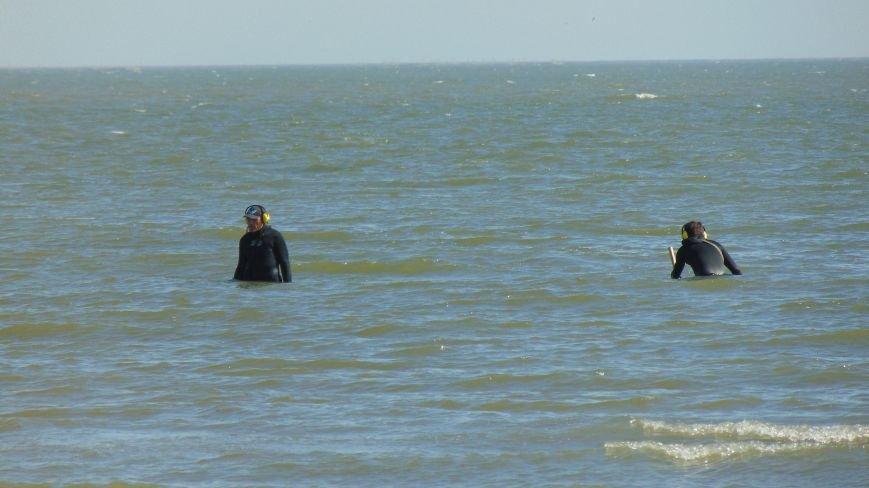 Отдыхающих на пляже Мариуполя встревожили люди в черном, замеченные в море (ФОТОФАКТ) (фото) - фото 1