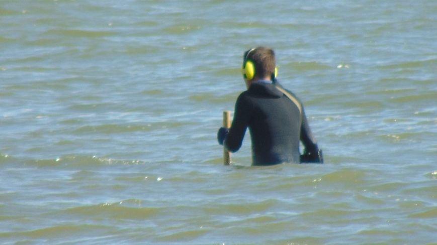 Отдыхающих на пляже Мариуполя встревожили люди в черном, замеченные в море (ФОТОФАКТ) (фото) - фото 3