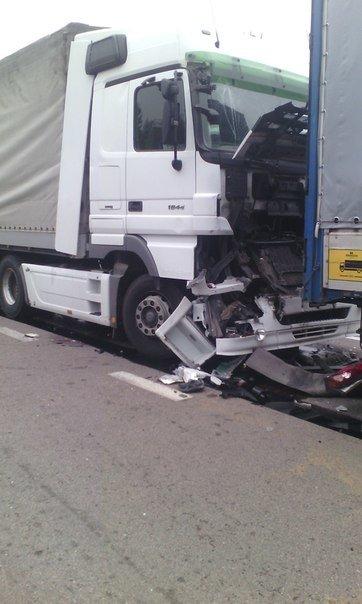 Неподалік Рівного в ДТП потрапили дві вантажівки (фото) - фото 1