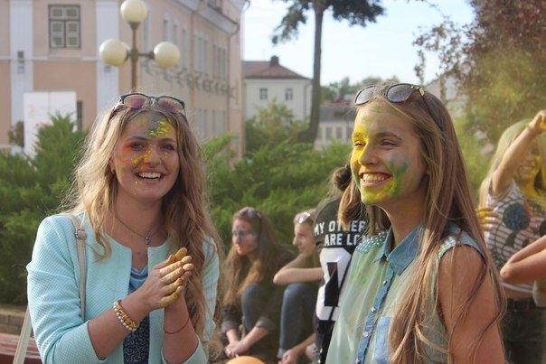 День города Гродно: в центре прошел фестиваль красок Color Fest (фотоотчет) (фото) - фото 16