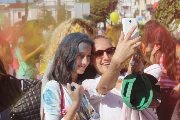 День города Гродно: в центре прошел фестиваль красок Color Fest (фотоотчет) (фото) - фото 17