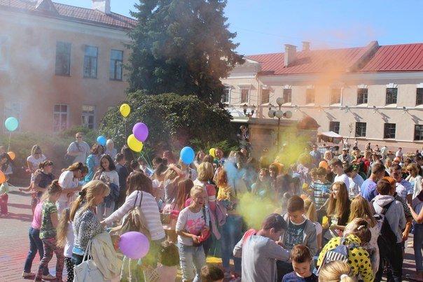 День города Гродно: в центре прошел фестиваль красок Color Fest (фотоотчет) (фото) - фото 3