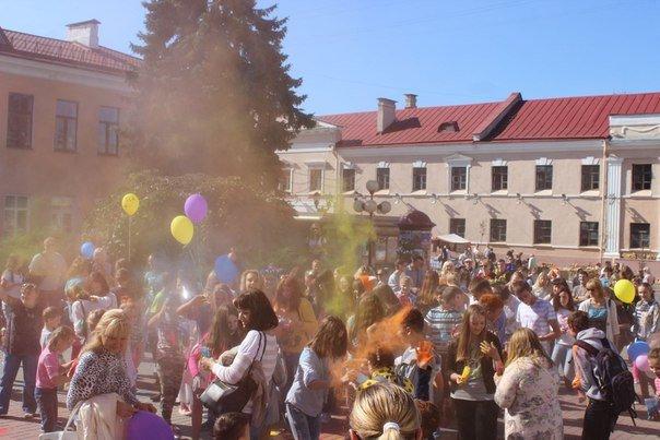 День города Гродно: в центре прошел фестиваль красок Color Fest (фотоотчет) (фото) - фото 21
