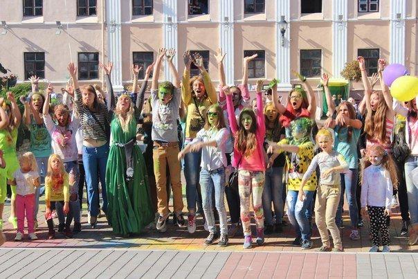 День города Гродно: в центре прошел фестиваль красок Color Fest (фотоотчет) (фото) - фото 30