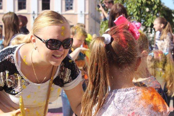 День города Гродно: в центре прошел фестиваль красок Color Fest (фотоотчет) (фото) - фото 24