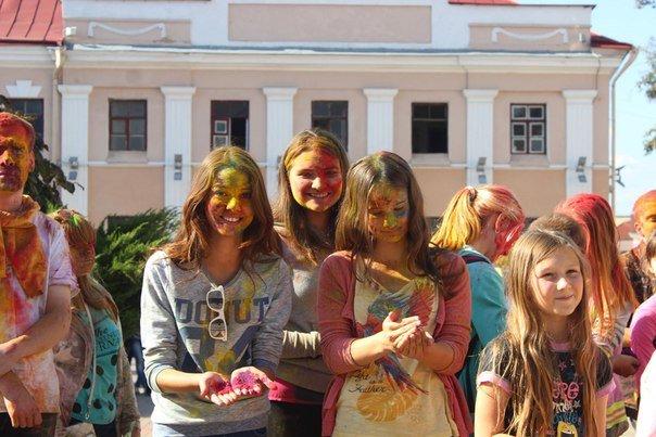 День города Гродно: в центре прошел фестиваль красок Color Fest (фотоотчет) (фото) - фото 31