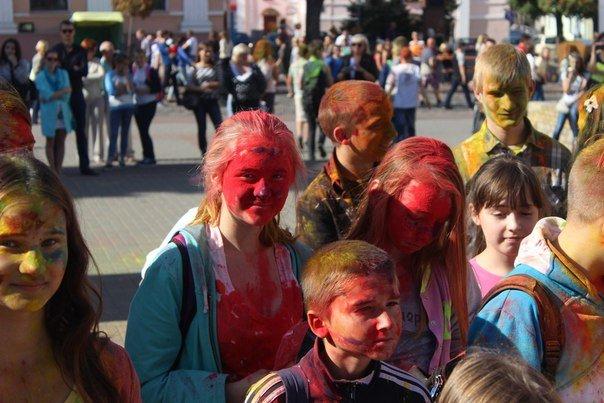 День города Гродно: в центре прошел фестиваль красок Color Fest (фотоотчет) (фото) - фото 7