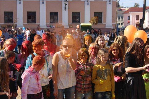 День города Гродно: в центре прошел фестиваль красок Color Fest (фотоотчет) (фото) - фото 2