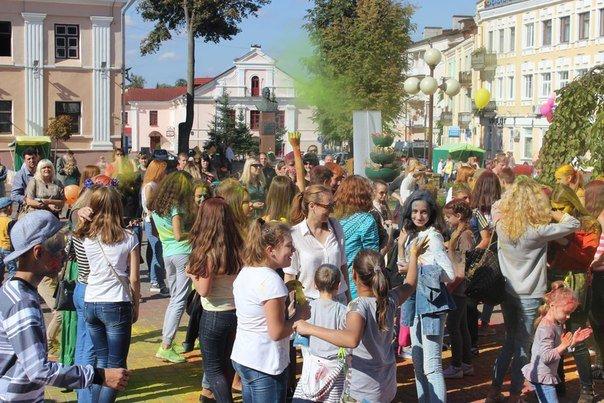 День города Гродно: в центре прошел фестиваль красок Color Fest (фотоотчет) (фото) - фото 25