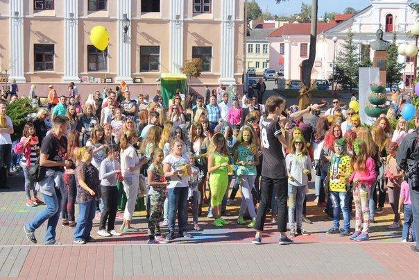 День города Гродно: в центре прошел фестиваль красок Color Fest (фотоотчет) (фото) - фото 22