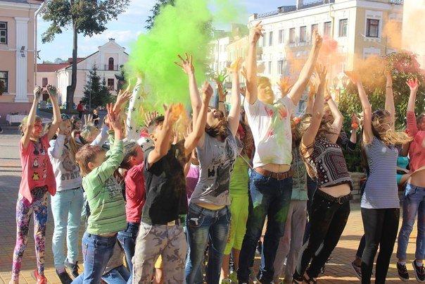 День города Гродно: в центре прошел фестиваль красок Color Fest (фотоотчет) (фото) - фото 32
