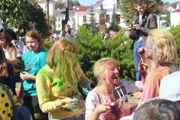 День города Гродно: в центре прошел фестиваль красок Color Fest (фотоотчет) (фото) - фото 18
