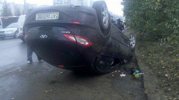 На вулиці Івасюка перекинулася іномарка з двома дітьми (ФОТО) (фото) - фото 1