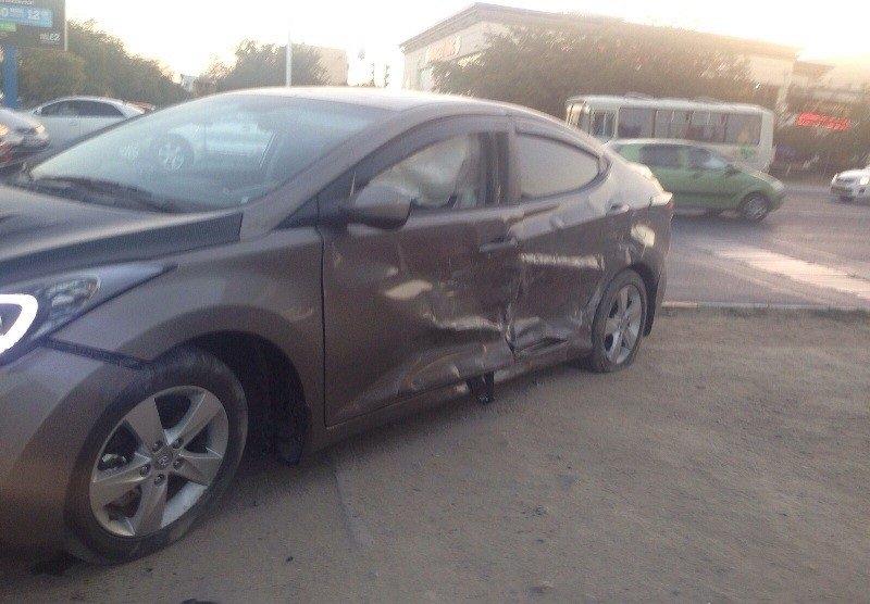 Два автомобиля в Актау столкнулись из-за неработающего светофора (фото) - фото 1