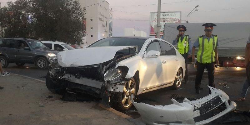 Два автомобиля в Актау столкнулись из-за неработающего светофора (фото) - фото 2