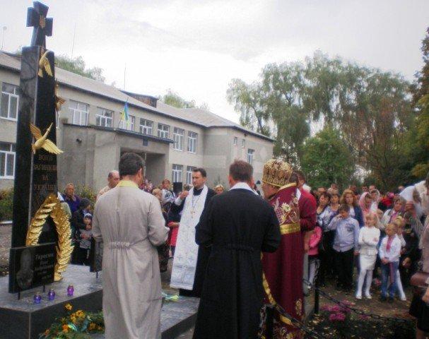 Меморіальну дошку та пам'ятник загиблим в зоні АТО відкрили на Рівненщині (фото) - фото 1