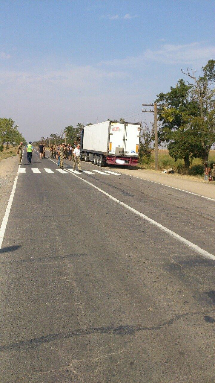Дальнобойщик направил «фуру» на криворожан, участвующих в блокировании трассы на Крым (ФОТО), фото-9