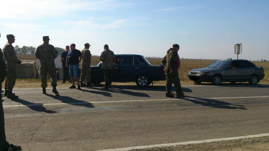 Дальнобойщик направил «фуру» на криворожан, участвующих в блокировании трассы на Крым (ФОТО), фото-14