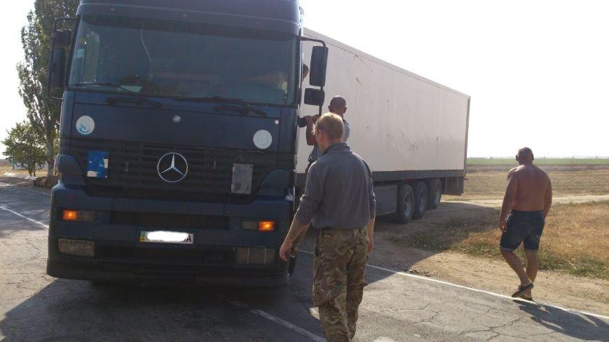 Дальнобойщик направил «фуру» на криворожан, участвующих в блокировании трассы на Крым (ФОТО), фото-10
