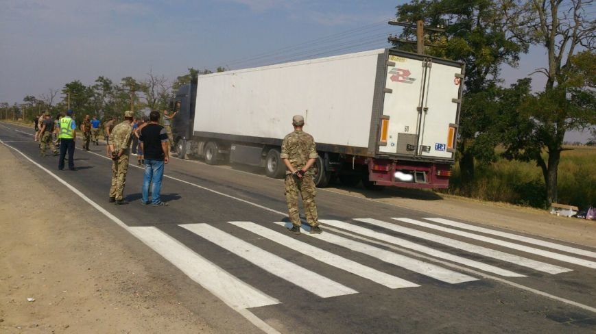 Дальнобойщик направил «фуру» на криворожан, участвующих в блокировании трассы на Крым (ФОТО), фото-8