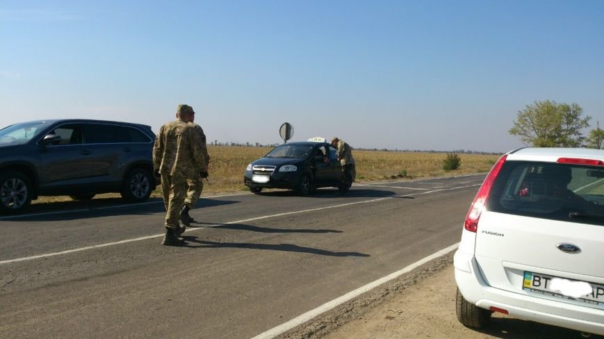 Дальнобойщик направил «фуру» на криворожан, участвующих в блокировании трассы на Крым (ФОТО), фото-11