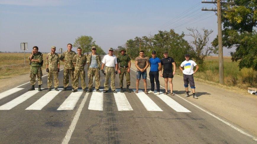 Дальнобойщик направил «фуру» на криворожан, участвующих в блокировании трассы на Крым (ФОТО), фото-20