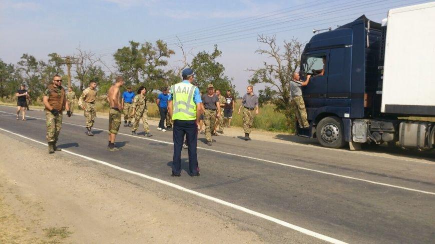 Дальнобойщик направил «фуру» на криворожан, участвующих в блокировании трассы на Крым (ФОТО), фото-15