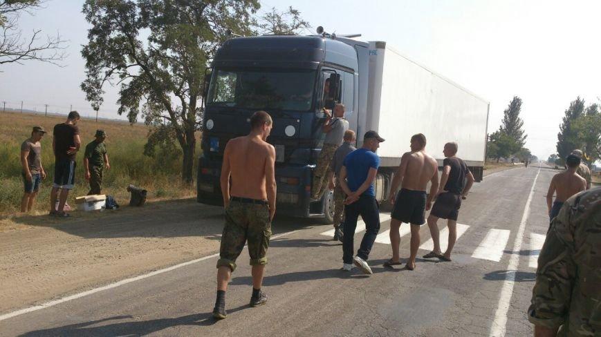 Дальнобойщик направил «фуру» на криворожан, участвующих в блокировании трассы на Крым (ФОТО), фото-16