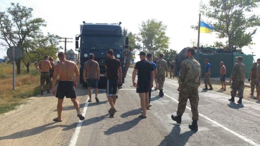 Дальнобойщик направил «фуру» на криворожан, участвующих в блокировании трассы на Крым (ФОТО), фото-17