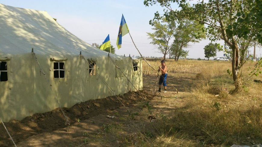 Дальнобойщик направил «фуру» на криворожан, участвующих в блокировании трассы на Крым (ФОТО), фото-5