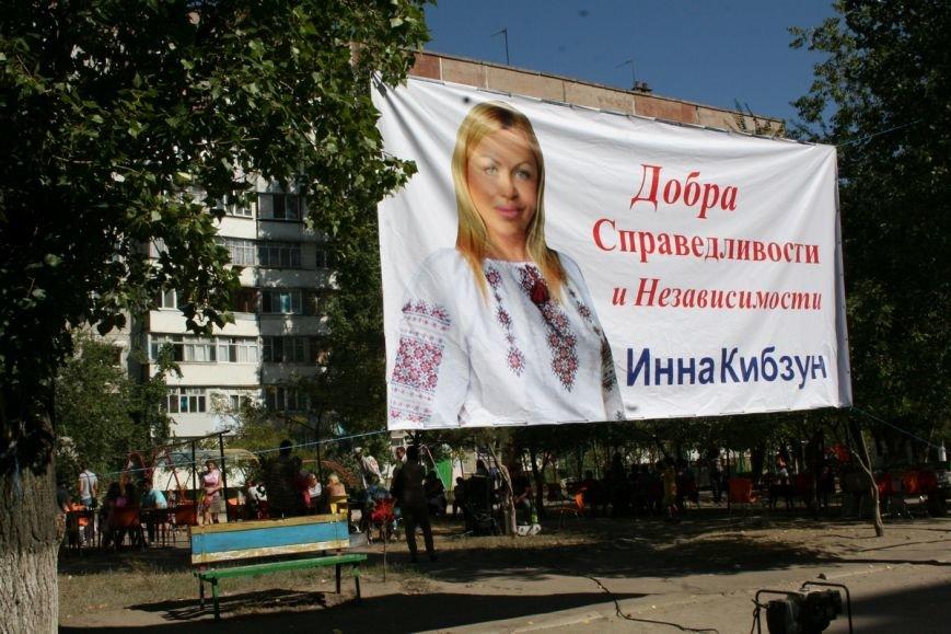 В Николаеве кандидат в депутаты распивала чай и играла в шахматы с избирателями (фото) - фото 1