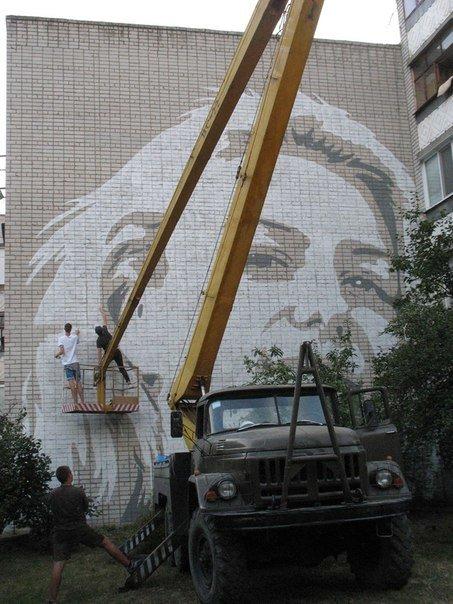 В Кременчуге на стене многоэтажки появился 12-метровый портрет девушки (фото) - фото 2