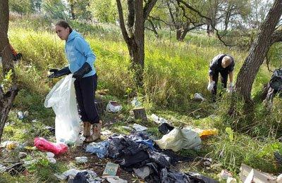 Активисты города Пушкина убрали мусор с берега реки Кузьминка (фото) - фото 1