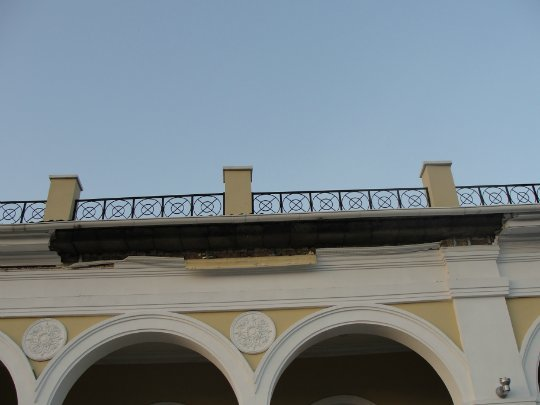 На здании ж/д вокзала Славянска обрушился карниз. Жертв нет (фото) - фото 1